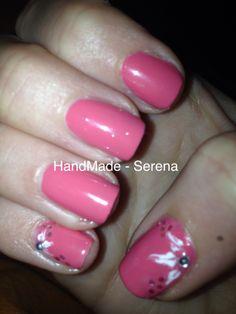 """Nail art rosa, con smalto PUPA n° 210 """"Lastin color gel"""" e fiorellini con tecnica strisciato sul pollice e mignolo."""