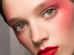 Neon Blush schmälert die Wangenknochen | ELLE