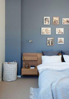 Skittentøysposen er fra House Doctor, mens seng og nattbord er fra Ikea. Pleddet er fra Zara Home og sengetøyet er fra H&M home. Fargen på veggen er Skyggeblå 4629, Jotun.