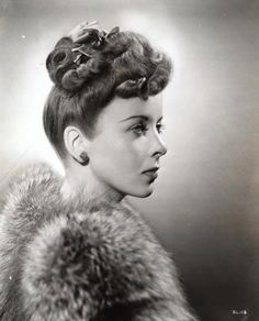 Vintage Hairstyles Retro I utterly adore Ida Lupino's elegant updo here. Retro Updo, Vintage Updo, Vintage Beauty, Vintage Makeup, Vintage Fur, Hollywood Stars, Old Hollywood Glamour, 1940s Hairstyles, Wedding Hairstyles