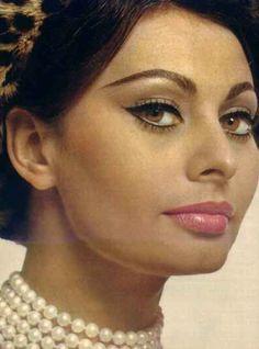 love the pearls and eye makeup! i wanna grow up to look like Sofia Loren :P 1960s Makeup, Vintage Makeup, Vintage Beauty, Vintage Hair, Carlo Ponti, Classic Beauty, Timeless Beauty, Loren Sofia, Sophia Loren Makeup