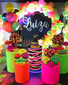 Neon Birthday, 13th Birthday Parties, Birthday Party For Teens, Glow In Dark Party, Glow Stick Party, Neon Party Decorations, Birthday Decorations, Disco Party, Sweet 16 Parties