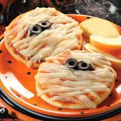 Try+this+ghoulishly+tasty+mummy+pizza+recipe,+all+your+little+spooks+will+love+them+on+Halloween! Rhodes+Full+Link:+Mummy+Mini+Pizzas More+Recipes:+Halloween Halloween Pizza, Halloween Snacks, Halloween Fingerfood, Recetas Halloween, Creepy Halloween Food, Halloween Dinner, Halloween Goodies, Easy Halloween, Halloween Apples