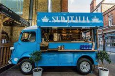 La rivoluzione dello street food londinese parte dall'idea di un italiano, Silvestro Morlando, che con la sua pizza a portafoglio sta conquistando i palati della city. Lo fa da un furgoncino Citroen H blu piazzato nell'Old Spitalfields Market, uno dei mercati più cool del centro città, e sul quale h…
