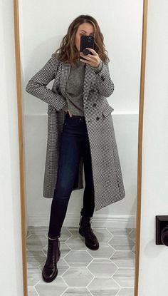 Combat Boot Outfits, Winter Boots Outfits, Lace Up Combat Boots, Casual Fall Outfits, Chelsea Boots Outfit, Effortlessly Chic Outfits, Capsule Wardrobe Work, Office Outfits Women, Outfits Mujer