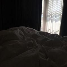 รูปภาพ aesthetic, bedroom, and dark bedroom dark —♡ uploaded by ✧ kitty cat ✧ Night Aesthetic, Aesthetic Photo, Aesthetic Pictures, Aesthetic Bedroom, Cozy Aesthetic, Aesthetic Japan, Aesthetic Black, Paradis Sombre, Mode Instagram