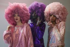 Ashish Pink and purple afro puffs, with sequin tracksuits. Fashion Art, Pelo Multicolor, Curly Hair Styles, Natural Hair Styles, Pelo Afro, Brown Blonde Hair, Alphonse Mucha, Afro Punk, Models