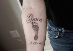 tatuajes de huellas de bebe en el brazo