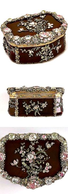 Royal snuffbox ~ Carved agate, chased and inlaid gold, and set hardstones and diamonds backed with foil #antique #vintage #box