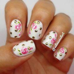 Base blanca con puntos dorados metálico.... rosas rosa con hojas verdes