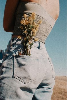 Back pocket with flowers photo idea Ideas For Instagram Photos, Instagram Pose, Insta Photo Ideas, Model Poses Photography, Creative Photography, Senior Photo Outfits, Poses For Pictures, Creative Portraits, Photoshoot Inspiration