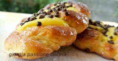 Treccine dolci di pasta lievitata con crema pasticciera e gocce di cioccolato