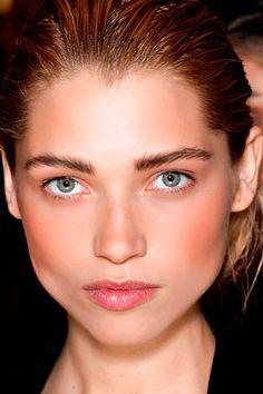 Cejas de impacto  Sigue estos tips para que tu mirada destaque aún más y aprendas a cuidar el marco de tu rostro.