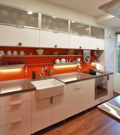 Spüle in der Küche orange küchenspiegel fliesen platte feuerton