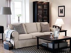EKTORP 3-seters sofa med Tygelsjö beige trekk og HEMNES brunsvart bord