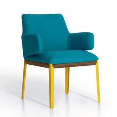 Os tons da Hugh Chair, de Claesson Koivisto Rune, são contrastantes e a base é de madeira
