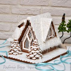 Snow-Covered Gingerbread House in 2019 Gingerbread Christmas Decor, Cool Gingerbread Houses, Gingerbread Village, Gingerbread Decorations, Gingerbread Cake, Christmas Sweets, Christmas Candy, Christmas Baking, Christmas Cookies