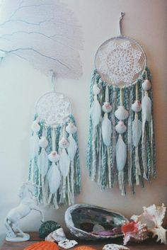 capteur de rêve, superbe exemple, inspiré du thème de la mer, franges bleues, coquillages, toile en dentelle