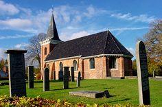 Het oudste deel van de romanogotische kerk is het schip, dat waarschijnlijk uit de eerste helft van de 13e eeuw stamt. Wellicht stond er daarvoor een houten gebouw. Het iets bredere koor is van de 15e eeuw. Oorspronkelijk is het koor meer dan een meter hoger geweest dan het schip. De toren heeft een kleinere steen en is pas in 1860 gebouwd (hij verving toen een vrijstaande houten klokkenstoel).<br>In de kerk liggen diverse borgheren van de Wedderborg begraven, waaronder Haye Addinge. Ook de…