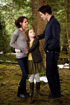 The Twilight Saga, Breaking Dawn Part Bella, Edward, & Reneesme Cullen Twilight Bella Und Edward, Twilight Film, Twilight Jacob, Twilight Saga Quotes, Twilight Renesmee, Twilight Saga New Moon, Twilight Saga Series, Twilight Breaking Dawn, Edward Bella