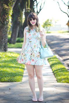 Look romântico com sapatilha nude e vestido floral