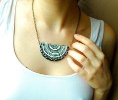 Schwarz und weiß-handbemalte Keramik Halskette von PumpkinDesign