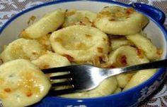 Asi každá z nás má několik ověřených receptů, jejichž součástí jsou vařené, pečené nebo smažené brambory. Mnozí je mají rádi i plněné, nebo právě naopak, jako chutnou náplň rozličných pokrmů. Jsou velmi vděčnou surovinou, se kterou se v kuchyni dá doslova kouzlit, i když doma nemáme zrovna nejlepší výběr potravin. Jedním ze skvělých tipů, jak …