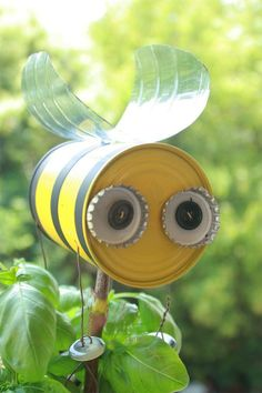 Basteln mit kindern Yard Dekor, Hummel, recycelte Kunst Yard Dekor, Hummel, re Tin Can Crafts, Crafts For Kids, Arts And Crafts, Rock Crafts, Yard Art Crafts, Tin Can Art, Outdoor Crafts, Recycled Crafts, Recycled Garden Art