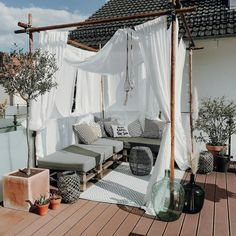DIY-Palettenlounge mit Urlaubsfeeling Here comes the sun! Dear phieloves simply brings her holiday f Porch Furniture, Pallet Furniture, Outdoor Furniture, Pallet Walls, Outdoor Couch, Outdoor Decor, Couch Magazin, Hall Interior Design, Pallet Lounge