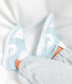 Dr Shoes, Swag Shoes, Cute Nike Shoes, Cute Sneakers, Hype Shoes, Jordan Shoes Girls, Girls Shoes, Mode Converse, Souliers Nike