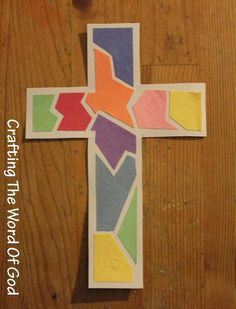 Cruz De Mosaico  Los niños les encantará crear esta manualidad mosaica! Esta manualidad puede ser hecha para el tiempo de Pascua o cuando estudian la historia de la crucifixión y resurrección de Jesús.