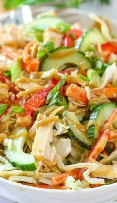 """(Use """"Beyond Meat"""" or """"gardein"""" vegan chicken OR it's good without the """"chicken"""") Crunchy Thai Chicken Salad with Peanut Dressing Meat Salad, Soup And Salad, Pasta Salad, Salad Bar, Thai Chicken Salad, Chicken Salad Recipes, Asian Recipes, Healthy Recipes, Ethnic Recipes"""
