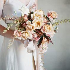 Bolo dos noivos, sapatos de noiva e um belo bouquet: um trio perfeito! Pastel Bouquet, Blush Bouquet, Bride Bouquets, Bridesmaid Bouquet, Floral Wedding, Wedding Flowers, Southern Charm Wedding, Spray Roses, Spring Wedding