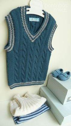 pontinhos meus: Colete menino - Blue Boy Vest Boys Knitting Patterns Free, Knitting For Kids, Baby Patterns, Baby Knitting, Blue Vests, Vest Pattern, Boys Sweaters, Knit Vest, Baby Boy Outfits