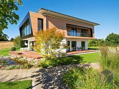 Das Bauhaus Ambienti+ von Regnauer Hausbau   Wohnfläche gesamt 229,93 m² verteilt auf 9,5 Zimmer ➤ Klick auf das Bild, um direkt zur Auswahl an Bauhäusern zu gelangen ➤ Dazu findest du ein großes Angebot von Häusern aller Art auf www.Fertighaus.de ______ Cubus Haus Architektur, Hausbau, modern, Design, Flachdach