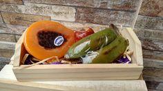 Produzidos com matéria prima hipoalergênica. <br>Propriedades: <br>- Base glicerinada branca, lauril líquido, corante e pigmento cosmético a base de água, essência cosmética de banana, mamão papaya e maçã madura, enriquecidos com estrato glicólico natural de mamão papaya, aveia e maçã. <br> <br>Embalagem: Plástico especial para sabonetes, caixinha de madeira, papel seda, palha natural e redinha limão. <br> <br>Produto feito a mão 100% artesanal.