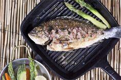 Τσιπούρα με βραστά λαχανικά Grill Pan, Steak, Grilling, Cooking Recipes, Easy, Food, Griddle Pan, Cooker Recipes, Crickets