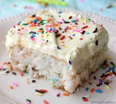 Skinny Funfetti Cake is made with a cake mix and Greek yogurt, then topped with a light and fluffy whipped frosting! Each serving is less than 200 calories! Get the recipe at or click the link in the bio. Hashtag if you make this recipe. Healthy Birthday Cakes, Birthday Cake Flavors, Cake Birthday, Funfetti Kuchen, Funfetti Cake, Low Calorie Desserts, Healthy Dessert Recipes, Low Calorie Cake, Vegetarian Recipes