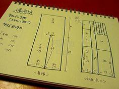 さて・・・では早速うめちゅ流(=なんちゃって和裁)手ぬぐい甚平の作り方【用意するもの】手ぬぐい(できれば柄の上下がないもの)3枚糸(私はミシン糸が好き)針(普通の縫い針)たこ糸(脇の千鳥かがり用)針(たこ糸が通るもの、たとえば刺し子用とか) Baby Kimono, Welcome Baby, Diy Projects, Diy Crafts, Sewing, My Love, Handmade, My Boo, Hand Made