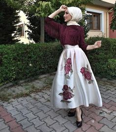That skirt! That fringe! That hijab! Islamic Fashion, Muslim Fashion, Modest Fashion, Fashion Outfits, 80s Fashion, Vintage Fashion, Muslim Dress, Hijab Dress, Hijab Outfit