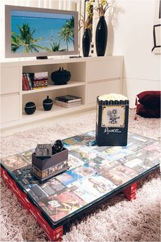 MESA DE CENTRO HECHA CON PALETS Y DECORADA CON CARATULAS DE DVDs (diy wood pallet coffee table dvd covers movie fan) #decoracion #reciclaje