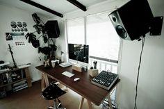 Nice setup. Love the desk vs window.  lessonator.com