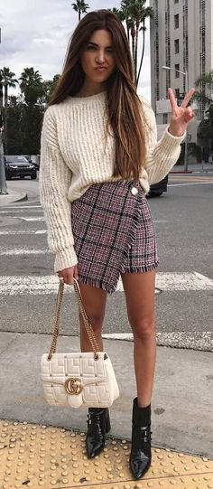 incredible fall outfit idea / sweater + bag + plais skirt + boots
