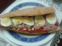 Bocadillo de pimientos rojos asados con ajitos, atún y huevo