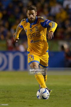 rafael-sobis-of-tigres-drives-the-ball-during-the-17th-round-match-picture-id498220834 (682×1024)