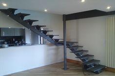 Escalier limon central et marches acier thermolaqué , incrustation de LEDS