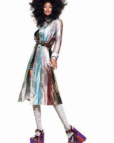 Prepare-se para embarcar em grande estilo na nova temporada: descubra no link da bio as silhuetas peças-chave truques de styling e tendências de adesão imediata representados pelos 11 looks mais icônicos das passarelas internacionais e receba o outono que começa nesta segunda-feira (20.03) com repertório fashion renovado. Bom dia! (@laisribeiro fotografada por @gregkadelstudios/ edição de moda @pedrosales_1) #moda  via VOGUE BRASIL MAGAZINE OFFICIAL INSTAGRAM - Fashion Campaigns  Haute…