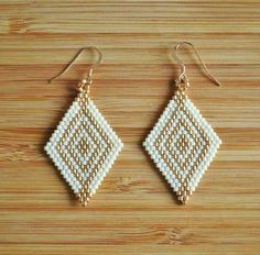 Earrings diamond miyuki white ivory and gold gold filled 14 carats gold plated fasteners Seed Bead Jewelry, Bead Jewellery, Seed Bead Earrings, Diy Earrings, Diamond Earrings, Beaded Earrings Native, Beaded Earrings Patterns, Beading Patterns, Art Perle