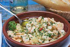 Direto do País Basco: aprenda a receita de camarões ao alho Os chefs Mireia Vila Garcia e Mário Augusto Ott ensinam a preparar a tradicionalíssima tapa espanhola