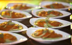 Delícia: raviolone de massa verde de ricota com molho de tomate e folhas de manjericão